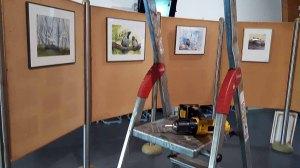 Schnappschüsse vom Hängen unserer Aquarelle im Wildpark MV (c) FRank Koebsch (3)