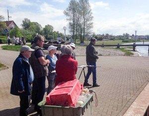 FRank Koebsch mit Malschülern im Hafen Rerik - Mai 2017 (c) Kirsten Paulsen (1)