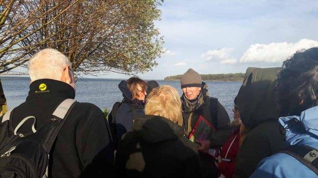 Herr Schwarz erklärt uns die Highliths der Natur auf dem Großen Schwerin (c) Frank Koebsch (1)