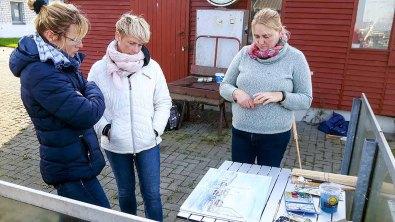Kritische Blicke auf die Aquarelle aus dem Hafen von Gager (c) FRank Koebsch (1)