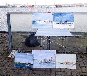 Kritische Blicke auf die Aquarelle aus dem Hafen von Gager (c) FRank Koebsch (2)