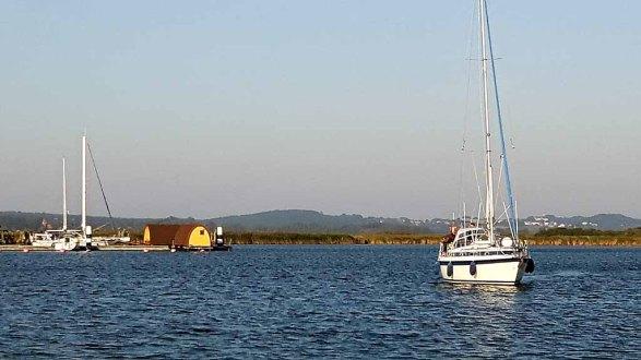 Segelboot beim Einlaufen ind die Marina von Gager (c) FRank Koebsch