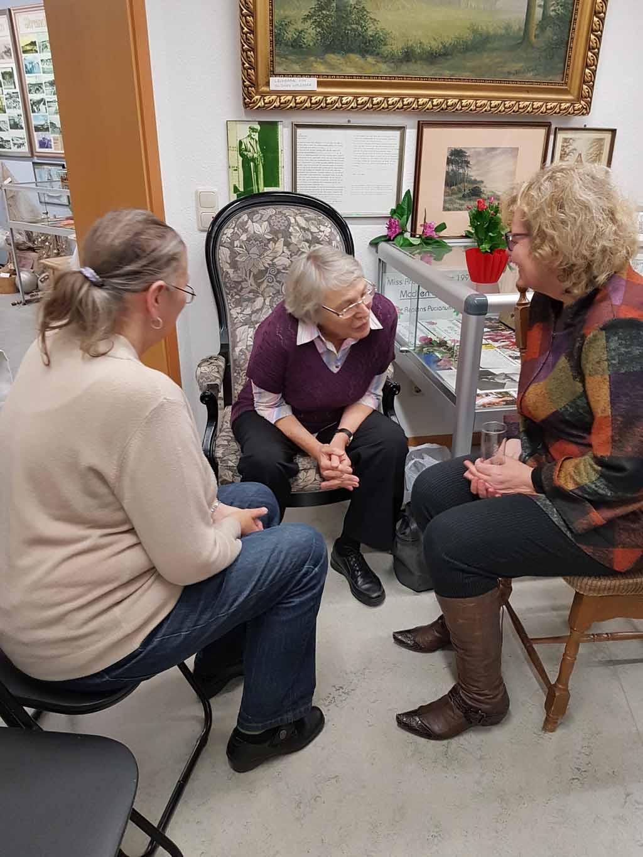 Hanka im Gespräch mit Besucherinnen unserer Ausstellung im Heimat Museum Graal Müritz (c) FRank Koebsch