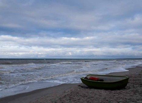 Fischerboot am Strand von Ahrenshoop (c) Frank Koebsch