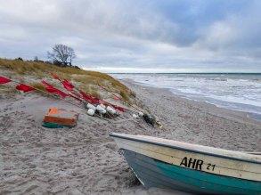 Fischerboot und rote Fähnchen am Strand von Ahrenshoop (c) Frank Koebsch