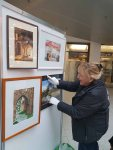 Malschüler aus den Aquarellkursen der VHS Rostock hängen ihre Bilder im Rostocker Hof (c) FRank Koebsch (5)