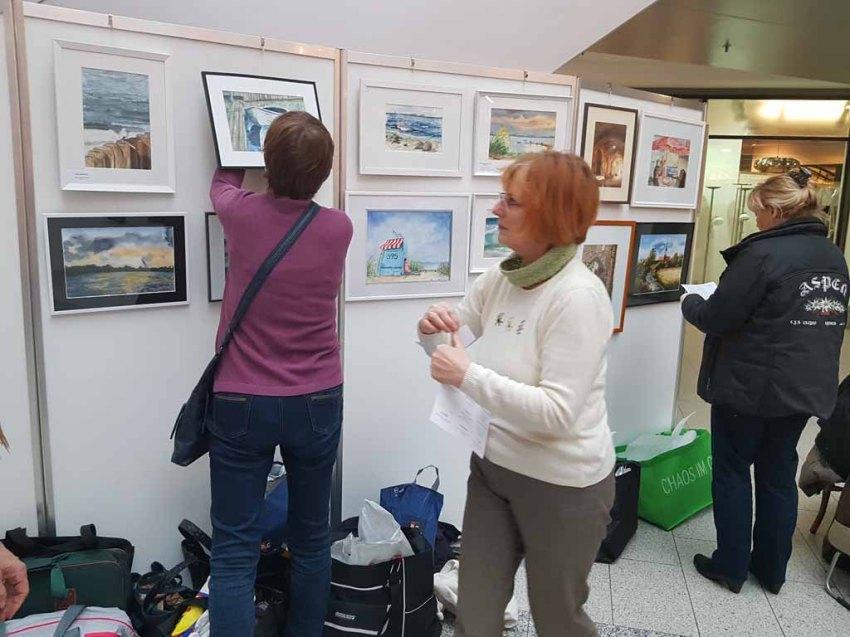 Malschüler aus den Aquarellkursen der VHS Rostock hängen ihre Bilder im Rostocker Hof (c) FRank Koebsch (7)