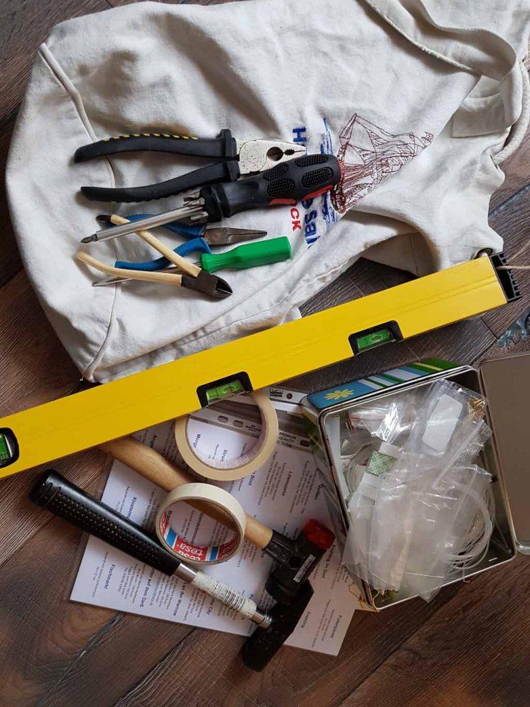 Werkzeug, Etiketten und Seile für das Hängen der Bilder (c) Frank Koebsch