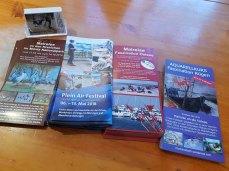 Zusammenstellen der Flyer und Visitenkarten im Rostocker Hof (c) FRank Koebsch