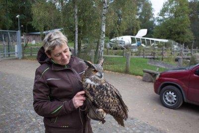 Tierpflegerin Liane Kasch mit einem Uhu des Wildparks MV (c) FRank Koebsch (1)