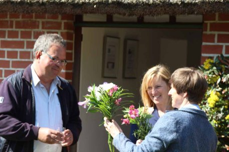 Kurdirektorin Petra Blank überreicht Blumen an Gerit Höhne-Grünheid und FRank Koebsch (c) Jost Grünheid