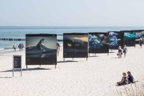 Die Ausstellung von Ray Collins – Urkraft des Meeres – im Rahmen des Umweltfotofestival - horizonte zingst am Strand (c) FRank Koebsch (2)