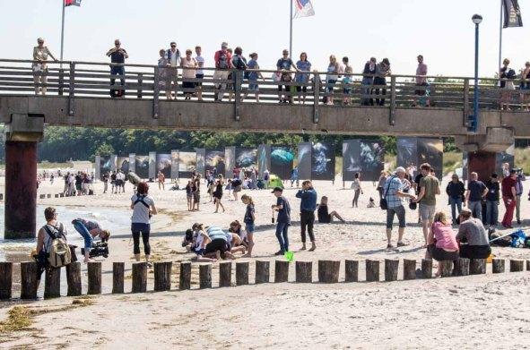Treiben an der Seebrücke im Rahmen des Umweltfotofestival - horizonte zingst am Strand (c) FRank Koebsch
