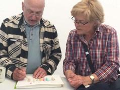 Teilnehmer erklären sich gegenseitig Maltechniken. (c) Sonja Jannichsen