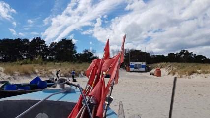 Fischerboote mit roten Fähnchen am Strand vin Baabe (c) Frank Koebsch (1)