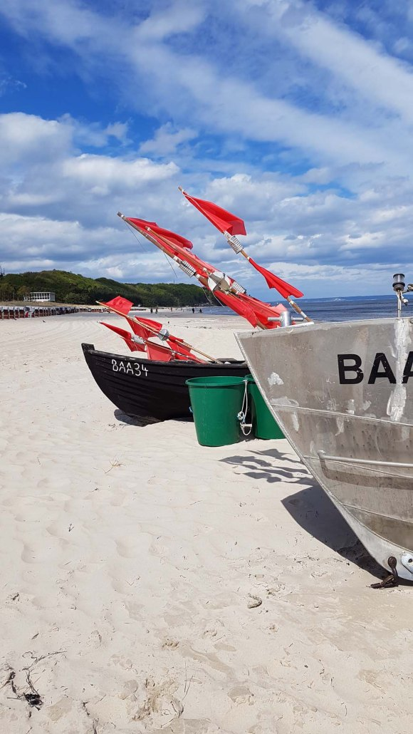 Fischerboote mit roten Fähnchen am Strand vin Baabe (c) Frank Koebsch (2)
