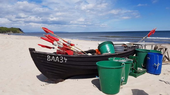 Fischerboote mit roten Fähnchen am Strand vin Baabe (c) Frank Koebsch (4)