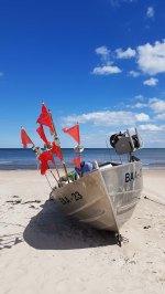 Fischerboote mit roten Fähnchen am Strand vin Baabe (c) Frank Koebsch (5)