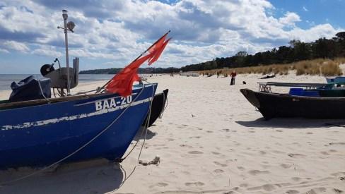 Fischerboote mit roten Fähnchen am Strand vin Baabe (c) Frank Koebsch (6)