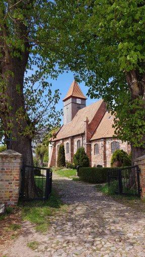 Kirche von Midelhagen im Frühling (c) Frank Koebsch (1)