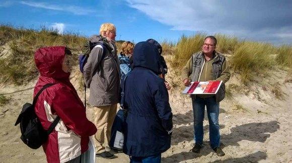 Frank Koebsch mit seinen Malschülern am Strand von Baade (c) Angelika Vetter (1)