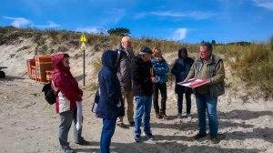 Frank Koebsch mit seinen Malschülern am Strand von Baade (c) Angelika Vetter (2)