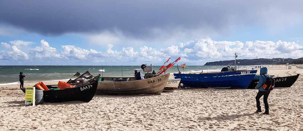 Wir erkunden unsere Motive - die Fischerboote am Strand von Baabe (c) Frank Koebsch (1)