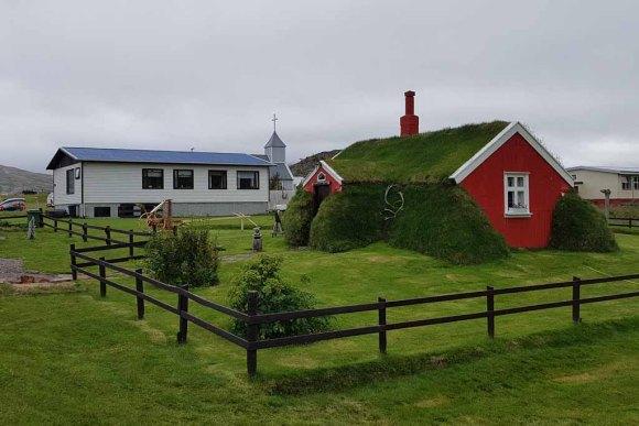 Altes aus Steinen und Grassoden gebautes Haus in in Bakkagerði - Island (c) Frank Koebsch (3)