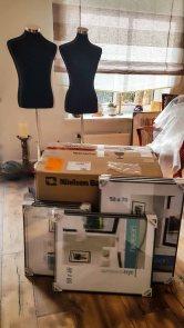 Ausstellungsvorbereitungen - Lieferung der Rahmen und Schneiderpuppen (c) Frank Koebsch (2)