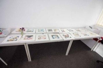 Ausstellungsvorbereitungen -Sortieren der Aquarelle der Sternzeichen (c) Frank Koebsch
