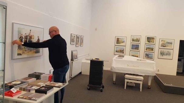 Franz N Kröger beim Hängen der Aquarelle in der Kunsthalle Kühlungsborn (c) Frank Koebsch