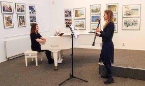 Emily Poser & Mirijam Stitz spielen bei der Eröffnung unserer Ausstellung Farbspiele (c) Frank Koebsch 1