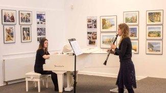Emily Poser & Mirijam Stitz spielen bei der Eröffnung unserer Ausstellung Farbspiele (c) Frank Koebsch 3