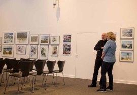 Hanka im Gespräch mit Gästen unserer Ausstellung Farbspiele (c) Frank Koebsch (2)
