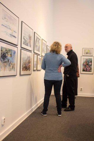 Hanka im Gespräch mit Gästen unserer Ausstellung Farbspiele (c) Frank Koebsch (3)