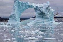 Mit einem Donnern bröckelt der Eisberg vor der AIDA Cara (c) Frank Koebsch