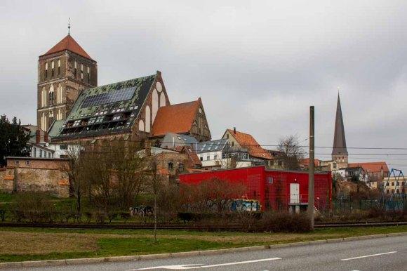 Blick vom Fischerbruch auf die Nikolai Kirche in Rostock (c) Frank Koebsch (1)