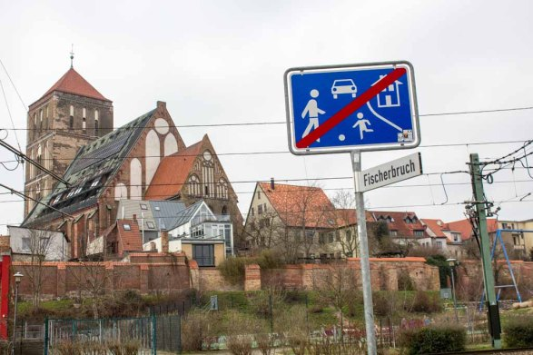 Blick vom Fischerbruch auf die Nikolai Kirche in Rostock (c) Frank Koebsch (4)