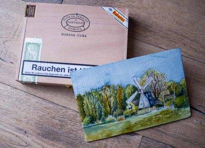 Das Aquarell – Ahrenshooper Mühle – auf einem Zigarrenkistenbrett (c) Frank Koebsch