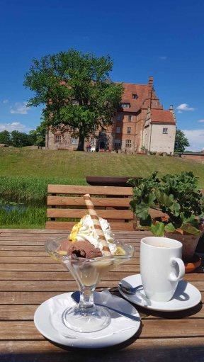 Kaffeetrinken im Park vom Schloss Ulrichshusen (c) Frank Koebsch