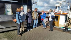 Teilnehmer der Malreise Faszination Rügen im Hafen von Gager (c) Marina Erfurth