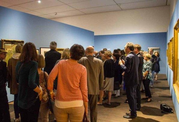 Die Besucher der Preview der Ausstellung von Carl Malchin folgen den Worten von Dr. Gero Seelig © Frank Koebsch