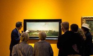 Dr. Gero Seelig erläutert das Bild - Blick vom Artillerieberg auf Schloss und Stadt Schwerin – Carl Malchin © Frank Koebsch