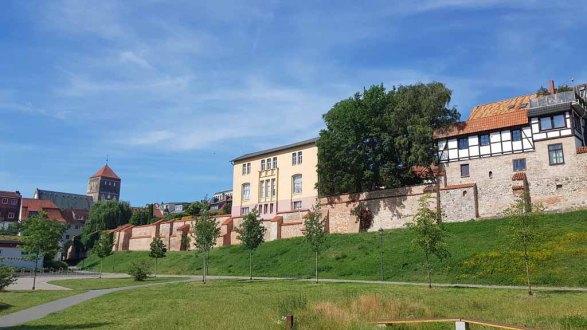 Häuser an der Stadtmauer mit Blick auf die Nickolai Kirche (c) Frank Koebsch