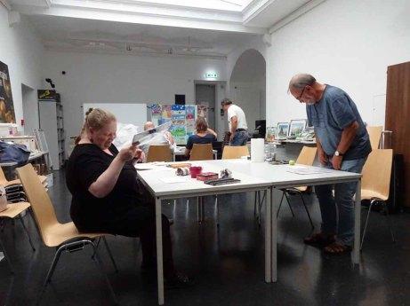 Schnappschuss aus dem Aquarellkurs auf Zigarrenkistenbrettern im Staatlichen Museum Schwerin © Susanne Haun (1)