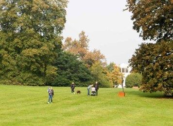 Spaziergänger im Schloßpark Putbus (c) Frank Koebsch (1)