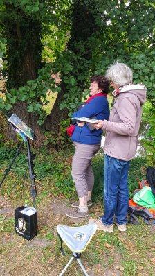 Kritische Bildbetrachtung im Park des Doberaner Münsters (c) FRank Koebsch (1)