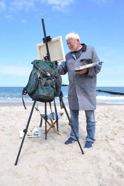 Thomas Freund malt am Strand von Kühlungsborn (c) Hinrich JW Schüler (4)