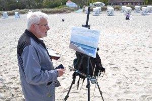 Thomas Freund malt am Strand von Kühlungsborn (c) Hinrich JW Schüler (5)
