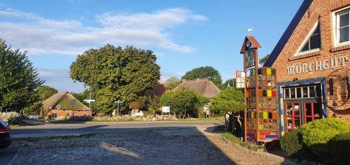 Das Bredehaus, die Kirche, das Schulmuseum und die Mönchgut Keramik in Middelhagen (c) Frank Koebsch (1)